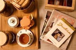 De thee van de de ochtendlijst van Italië met tijdschriften en boek stock afbeeldingen