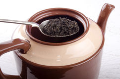 De thee wordt ingevuld een theepot Stock Afbeelding