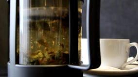 De theebladen worden onthuld in kokend water stock footage