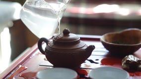 De theeceremonie De vrouw brandt de theepot alvorens thee te brouwen stock footage