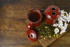 De theekoppen van Japan met groene thee en sakurabloemen Stock Fotografie