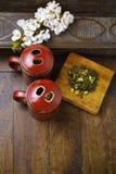 De theekoppen van Japan met groene thee en sakurabloemen Royalty-vrije Stock Foto