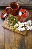 De theekoppen van Japan met groene thee en sakurabloemen Stock Foto