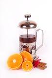 De theepot van het glas met zwarte thee van sinaasappel en kaneel stock afbeeldingen