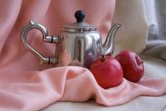 De theepot van het staal en twee appels Royalty-vrije Stock Foto