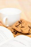 De theetijd van chocoladeschilferkoekjes Stock Afbeeldingen