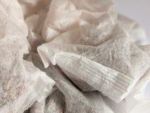 De theezakjes sluiten omhoog het witte en zwarte materiaal van de doekspanning Stock Foto