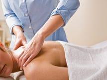 De therapeut die van de massage vrouwenmassage geeft Royalty-vrije Stock Afbeeldingen