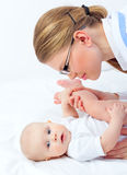 De therapeut Doctor in Glazen oefent Kleine Baby uit royalty-vrije stock afbeeldingen