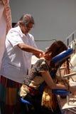 De therapeut geeft een massage, reiki Royalty-vrije Stock Foto