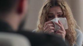 De therapeut geeft een servet aan het meisje bij de ontvangst stock videobeelden