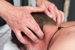 De therapeut van de sportenmassage op het werk Stock Afbeeldingen