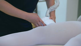 De therapie van de hardwarelaser van beenlichaam en gezichtskuuroordprocedure stock video