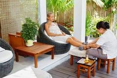 De Therapie van de kuuroordvoet De Behandeling van de vrouwenlichaamsverzorging massage De zorg van de huid royalty-vrije stock afbeelding