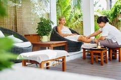 De Therapie van de kuuroordvoet De Behandeling van de vrouwenlichaamsverzorging massage De zorg van de huid stock afbeeldingen