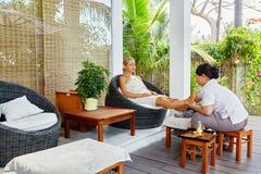 De Therapie van de kuuroordvoet De Behandeling van de vrouwenlichaamsverzorging massage De zorg van de huid stock afbeelding