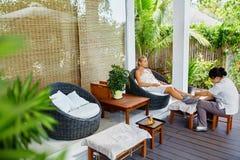 De Therapie van de kuuroordvoet De Behandeling van de vrouwenlichaamsverzorging massage De zorg van de huid royalty-vrije stock foto