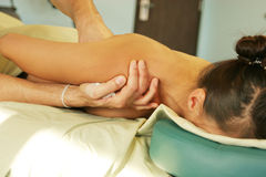 De therapie van de massage - therapeut die achtermassage geeft Royalty-vrije Stock Afbeelding