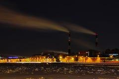 De thermische krachtcentrale van de de winternacht op de Neva-rivierdijk in Heilige Petersburg stock fotografie