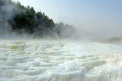 De thermische lente - mineraal terras Royalty-vrije Stock Foto's