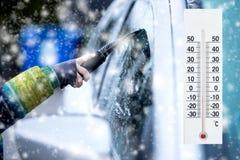 De thermometer of de meteorologische indicator in de winter dichtbij de auto tonen lage temperaturen stock fotografie