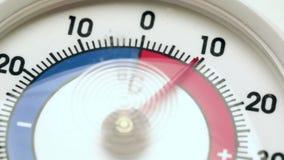De thermometer toont dalende temperatuur van warm aan het bevriezen stock videobeelden