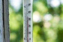 De thermometer toont vijfendertig graden van Celsius Stock Afbeelding
