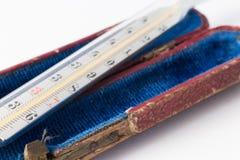De thermometer van het kwik op witte achtergrond stock afbeelding