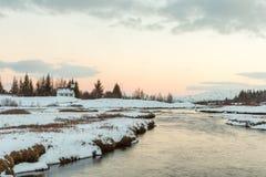 De Thingvellir-kerk in een lagune van smeltende sneeuw Royalty-vrije Stock Foto