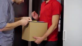 De thuisbezorgingsdienst - mens die ontvangstbewijs van pakket ondertekenen stock video