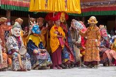 De Tibetaanse Boeddhistische lama's in de mystieke maskers voeren een rituele Tsam-dans uit Hemisklooster, Ladakh, India Royalty-vrije Stock Foto's
