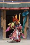 De Tibetaanse lama kleedde zich in masker het dansen Tsam geheimzinnigheid dans op Boeddhistisch festival in Hemis Gompa Ladakh,  Royalty-vrije Stock Foto's