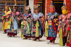 De Tibetaanse lama kleedde zich in masker het dansen Tsam geheimzinnigheid dans op Boeddhistisch festival in Hemis Gompa Ladakh,  Stock Foto's