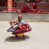 De Tibetaanse lama kleedde zich in masker het dansen Tsam geheimzinnigheid dans op Boeddhistisch festival in Hemis Gompa Ladakh,  Stock Fotografie