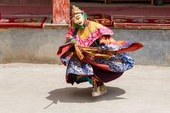 De Tibetaanse mensen kleedden masker het dansen Tsam geheimzinnigheid dans op Boeddhistisch festival in Hemis in Ladakh, Noord-In Stock Foto's