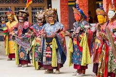 De Tibetaanse mensen kleedden masker het dansen Tsam geheimzinnigheid dans op Boeddhistisch festival in Hemis in Ladakh, Noord-In Royalty-vrije Stock Foto