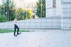 De tiener berijdt een skateboard Royalty-vrije Stock Foto