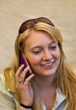 De tiener communiceert met vrienden Stock Foto