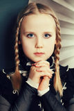 De tiener, de vlechten en de make-up van het maniermeisje Stock Foto's