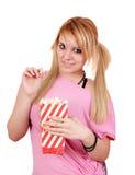 De tiener eet popcorn Royalty-vrije Stock Afbeeldingen