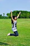 De tiener het open handen van de glimlach springen Stock Foto