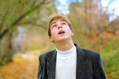 De tiener kijkt upwards Stock Afbeelding