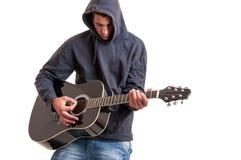 De tiener kleedde zich in een hoodie, schrijvend een lied over het leven Stock Foto