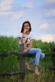 De tiener krijgt pret bij het landbouwbedrijf Stock Fotografie