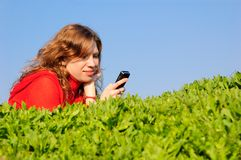De tiener leest sms Stock Foto's