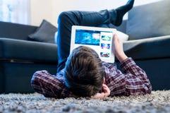 De tiener legt op de vloer in de ruimte royalty-vrije stock foto's
