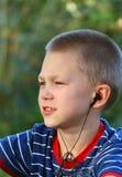 De tiener luistert aan muziek royalty-vrije stock afbeelding