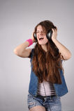 De tiener luistert aan muziek Stock Foto's