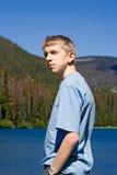 De tiener met dient broekzak in Stock Afbeeldingen