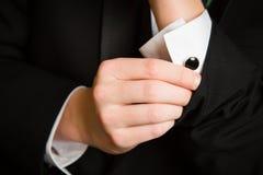 De tiener past cufflinks prom aan stock fotografie